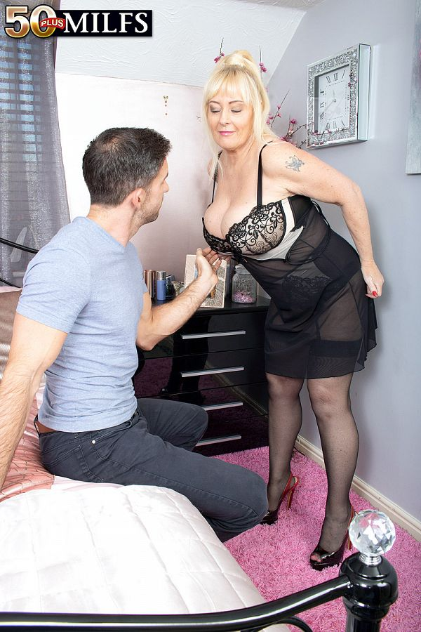 Wendy Leigh: hooked on busty MILFs